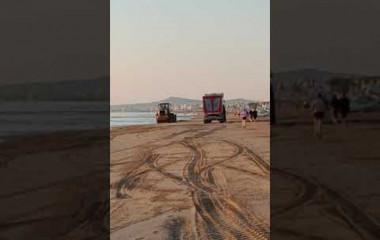 La pulizia della spiaggia alle 6 di mattina davanti all'hotel San Francisco Spiaggia